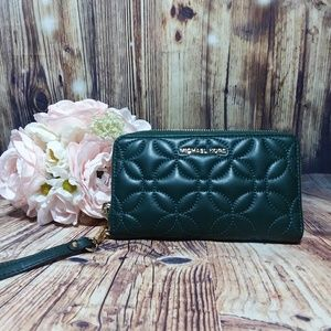 🆕️MICHAEL KORS QUILTED WRISTLET